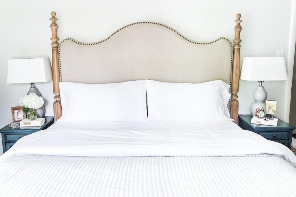 Inexpensive luxury bedding #masterbedroom #makebed #bedding #neutraldecor #bedmaking #makeabed #decortip #decoratingtip #bedroomdecor