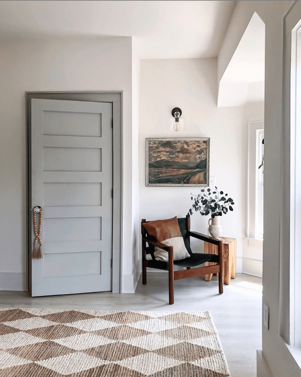 A round-up of taupe and gray trim paint inspirations for a modern-meets-classic look and the best paint colors to pull it off. #graytrim #taupetrim