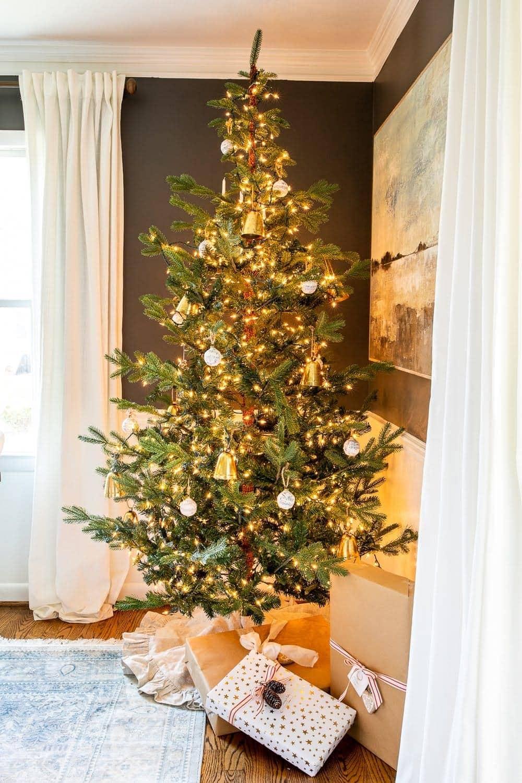 Christmas decor ideas   Christmas tree in a dining room