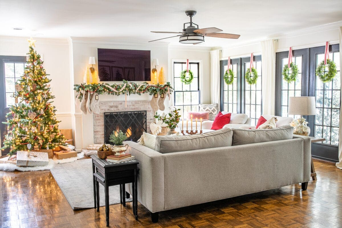 Christmas decor ideas | Cozy Christmas living room with wreaths on windows